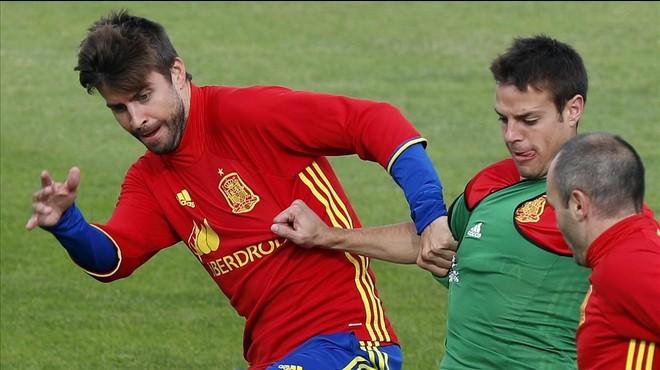 """Piqué: """"Això de Pedro ha sortit de mare, només és l'opinió d'algú que vol jugar més"""""""