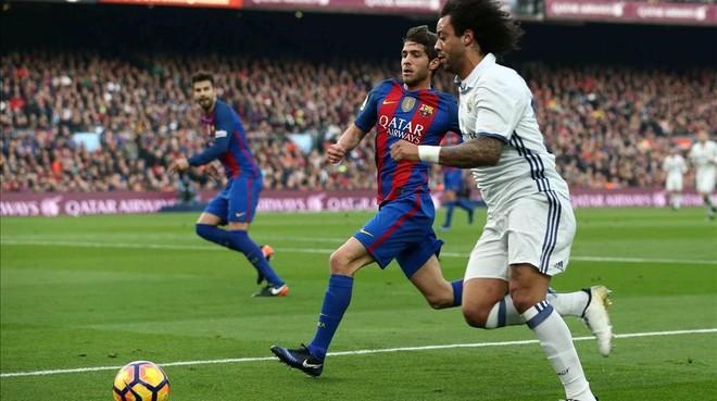 Sergi Roberto persigue a Marcelo en el clásico del Camp Nou.