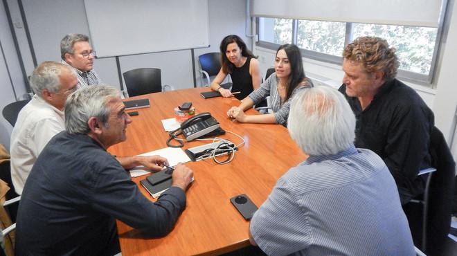 El teniente de alcalde de Servicios Generales y Gobierno Abierto de Terrassa, Alfredo Vega, y la concejal de Transparencia de Sabadell, Elena Hinojo, reunidos en el Ayuntamiento de Terrassa.