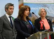 Trudy Harrison (centro) comparece tras su victoria en las elecciones en Copeland, rodeado por el candidato del Partido Verde (izquierda) y la laborista Gillian Troughton, en Whitehaven (Inglaterra), el 24 de febrero.