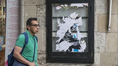 Rajoy i Puigdemont es fan un petó a la plaça de Sant Jaume