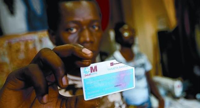 Saibo Tunkara muestra su tarjeta inutilizada por la sanidad madrileña. - 1349302515931