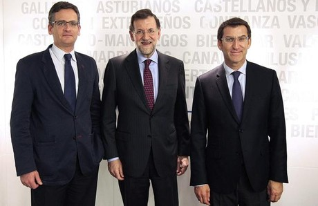 El presidente del Gobierno, Mariano Rajoy, entre el presidente del PP vasco, Antonio Basagoiti (izquierda), y el presidente electo de la Xunta de Galicia, Alberto Nnez Feijo, este lunes, en Madrid. EFE