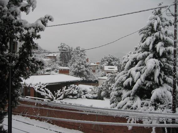 10 centímetros de nieve en la urbanización de Can Rafel de Cervelló (Baix Llobregat). GLÒRIA ESCRIG