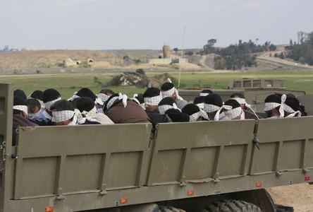 Un grupo de prisioneros palestinos, transportados en un camión del Ejército israelí.