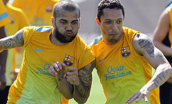 Alves y Adriano, en un entrenamiento. FCBARCELONA