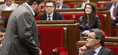 Oriol Junqueras y Artur Mas, esta maana en el Parlament. ALBERT BERTRAN