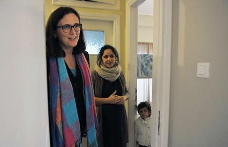 La comisaria de Interior, Cecilia Malmström, en Atenas, con unos refugiados.