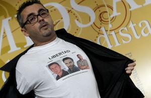 El periodista Antonio Montilla muestra una camisa con las fotos de los periodistas secuestrados en Siria, Marc Marginedas, Javier Espinosa y Ricardo Garcia Vilanova, durante la cena de la Asociacion de Periodistas Parlamentarios. JOSE LUIS ROCA