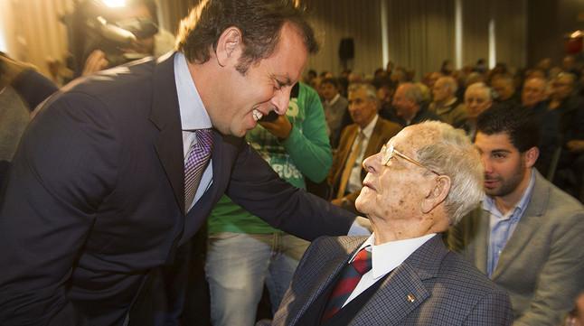 Sandro Rosell saluda Josep Seguer durant lhomenatge del Barça al defensa i a Antoni Ramallets, labril passat