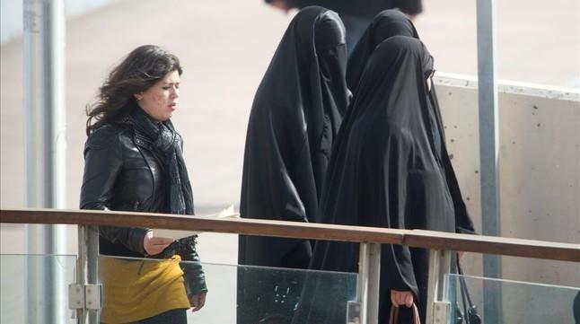 Mujeres musulmanas visten el burka en Lleida, en marzo del 2013.