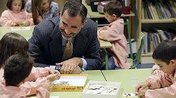 El rey Felipe, durante una visita a una escuela en Ourense.