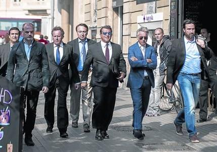 Laporta, flanqueado por los socios de su bufete, Xavi Arb�s y Xavier Puig, ayer.