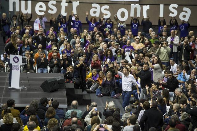 Pablo Iglesias saluda a sus seguidores, que le han aclamado en el pabellón de la Vall dHebrón
