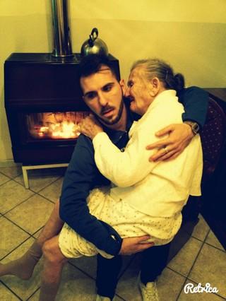 Giancarlo Murisciano sostiene en brazos a su abuela enferma de Alzheimer.