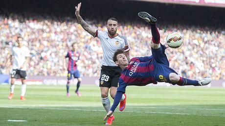 Messi chuta acrob�ticamente ante Otamendi, durante el Barcelona-Valencia en el Camp Nou
