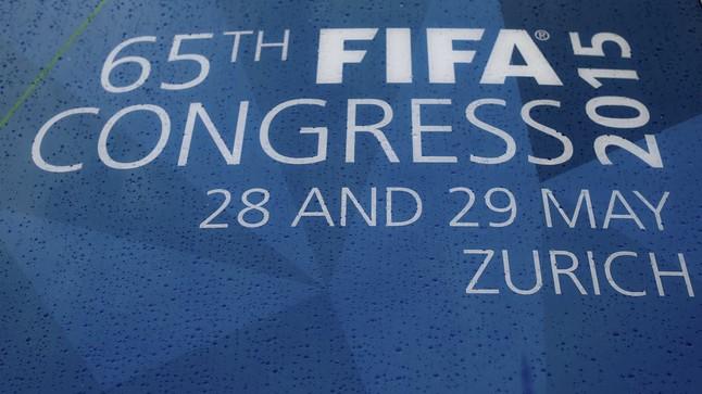 La lluvia cae sobre un cartel que anuncia el congreso que la FIFA celebra en Zurich estos días.