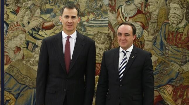 El Rey recibe en Zarzuela al portavoz de UPN, Javier Esparza, este martes.