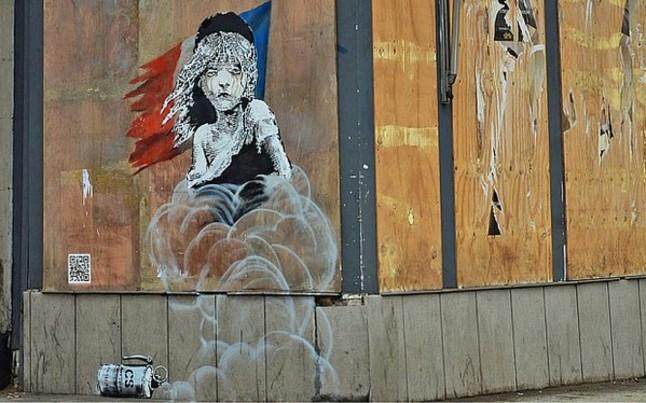 grafiti de Baknsty en la embajada de Francia en Londres
