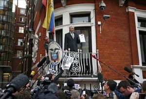 El fundador de Wikileaks, Julian Assange, fa un discurs des de la balconada de lAmbaixada de lEquador a Londres.
