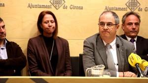 Albert Ballesta, dimitido alcalde de Girona, y Marta Madrenas, que lo sustituirá en el cargo, en la rueda de prensa que ha ofrecido el primero este martes.