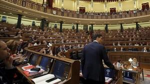 Pedro Sánchez, de espaldas, el pasado 2 de marzo en el Congreso.