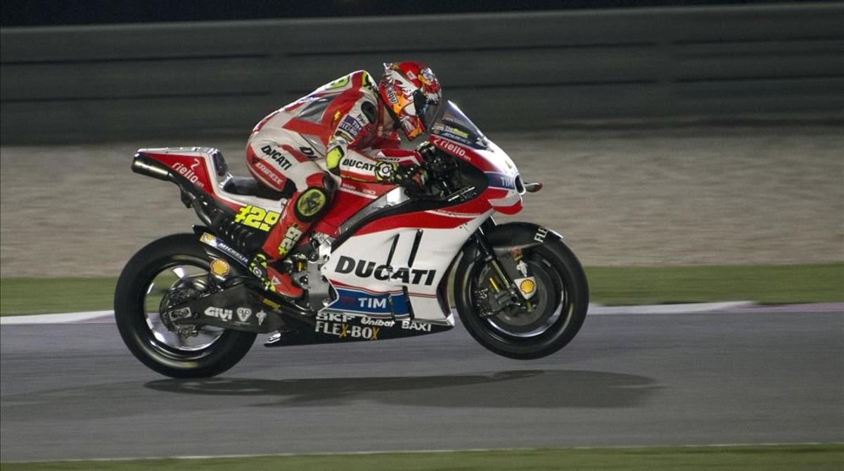 Iannone, durante la vuelta rápida en el circuito de Doha.