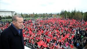 Erdogan se dirige a sus seguidores al llegar al aeropuerto de Esenboga, en Ankara, el 17 de abril.
