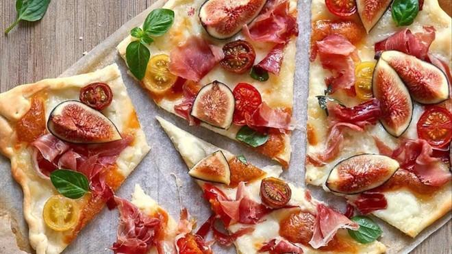 Pizza de higos, queso, jamón y albahaca