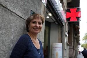 La actriz Assumpta Serna, junto a la farmacia de Neus Colomer, en la Gran Vía de les Corts Catalanes.