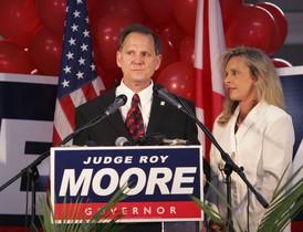El candidato republicano para las elecciones legislativas en Alabama, Roy Moore, en un acto de campaña acompañado por su esposa.
