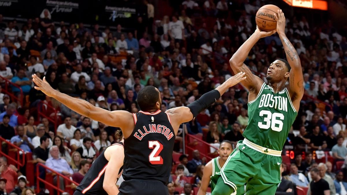 Marcus Smart de los Celtics lanza ante Wayne Ellington de Miami Heat
