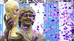 Vista de una escultura del exfutbolista argentino Diego Armando Maradona.
