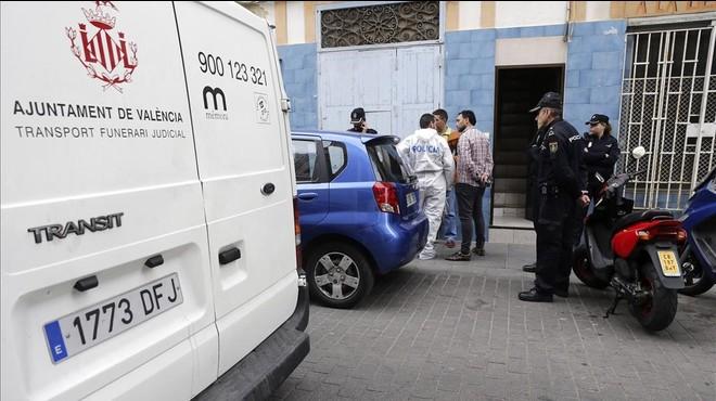Ambulancia ante la puerta de la vivienda de Valencia donde ha sido asesinada una mujer.