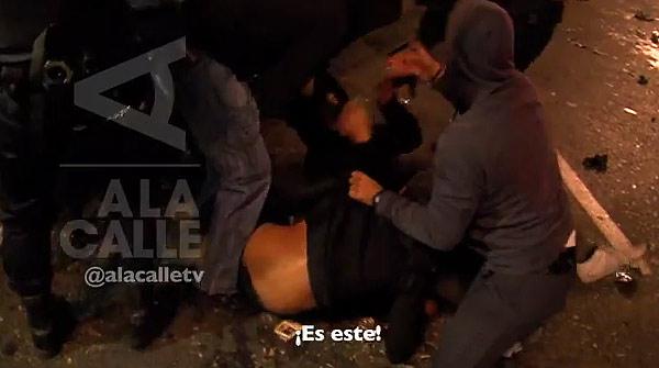 Detención de un policía infiltrado por parte de los antidisturbios en la protesta ante el Congreso del 25-S.