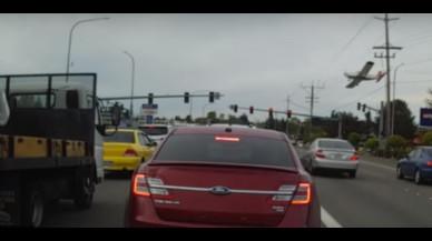 Un vídeo mostra com una avioneta s'estavella en una carretera als EUA