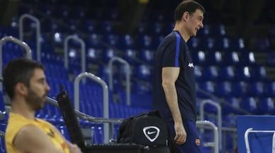 Bartzokas, con Navarro en primer término, en un entrenamiento del Barça.
