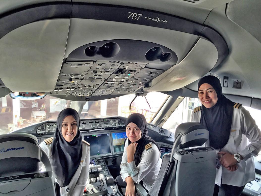 Mujeres piloto de Brunei aterrizan un avión en Arabia Saudí pero allí no pueden conducir