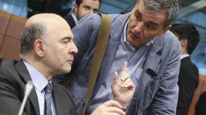 El comisario de Asuntos Econ�mica, Pierre Moscovici (izqueirda), habla con el ministro griego de Finanzas, Euclides Tsakalotos, el martes en Bruselas.