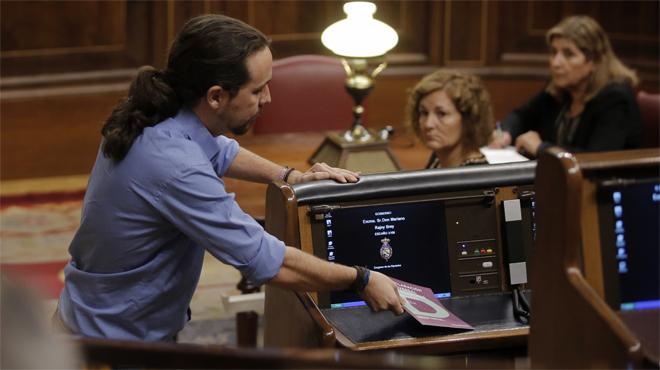Diputados de Unidos Podemos exhiben carteles contra los CIE en el pleno del Congreso