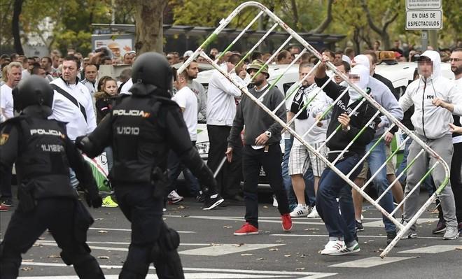 Resultado de imagen de batalla policia hinchas legia