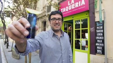Ilya Pérdigo brinda con tequila en la puerta de La Taquería.