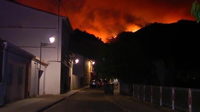 El foc obliga a evacuar un hospital i urbanitzacions a València