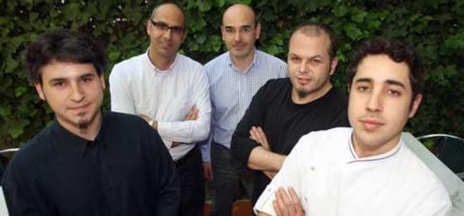 Jordi Vilà (segundo por la derecha) y Gabriel Calzado (segundo por la izquierda), con sus colaboradores.Foto: DANNY CAMINAL