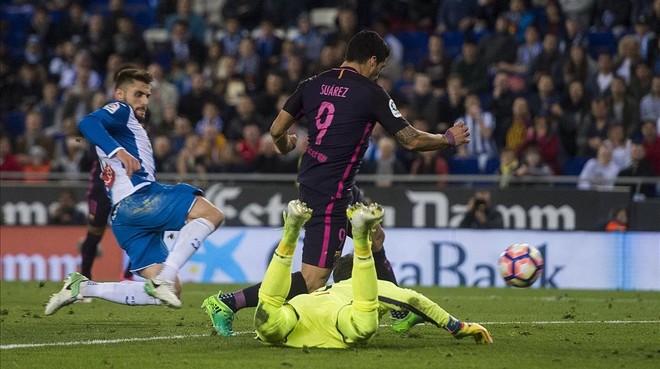 Luis Suárez regatea a Diego López para anotar el 0-3.