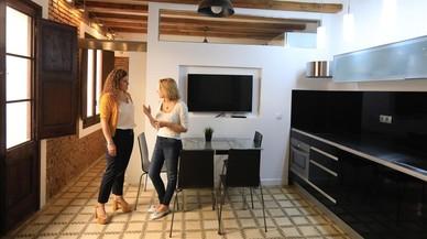 Montse Pérez y su hija en el piso que se han encontrado alquilado sin permiso en Airbnb.