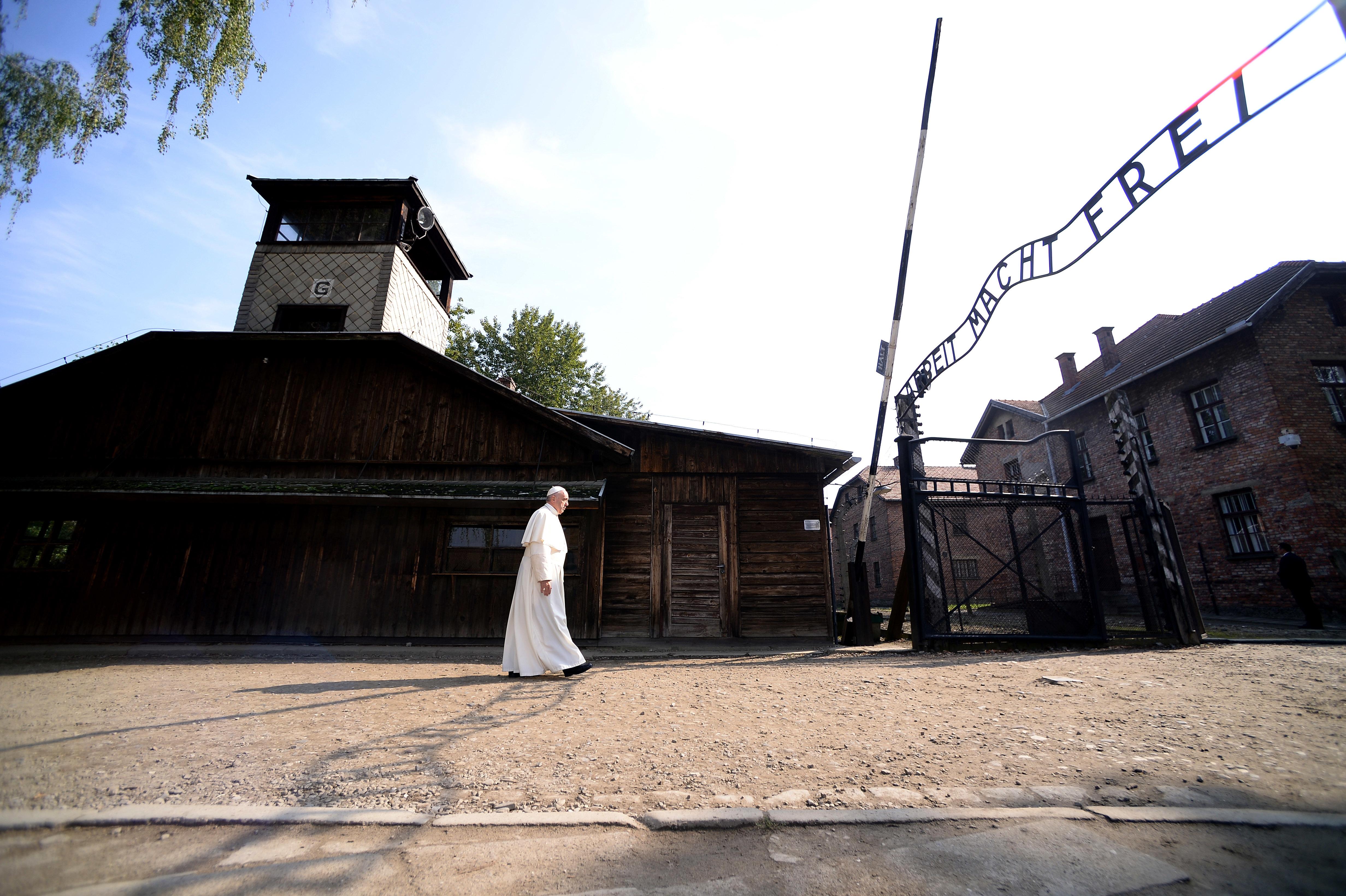 El Papa reza en el campo de exterminio nazi de Auschwitz.