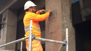 El principio del fin de las placas franquistas en las fachadas de Barcelona