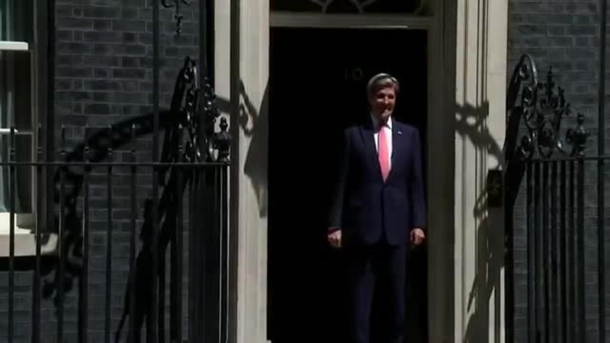 Kerry, que no se hab�a dado cuenta de que la puerta estaba entornada, se golpea con la hoja.