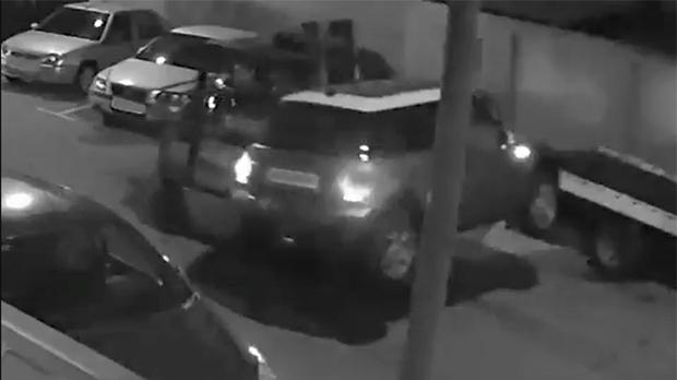 Roba un coche con un toro, y queda grabado en vídeo.